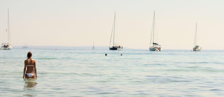 playas y calas de Ibiza para visitar en catamarán