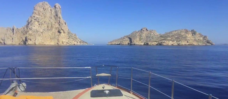 Descubre HEDONIST: para quienes están pensando en alquilar un catamarán para sus vacaciones en Ibiza.