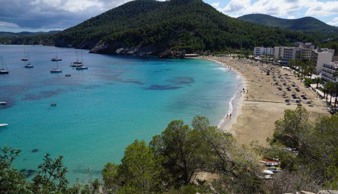 Alquilar un catamarán: descubre Ibiza de una manera distinta y única